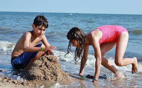 Фото детей на море людей