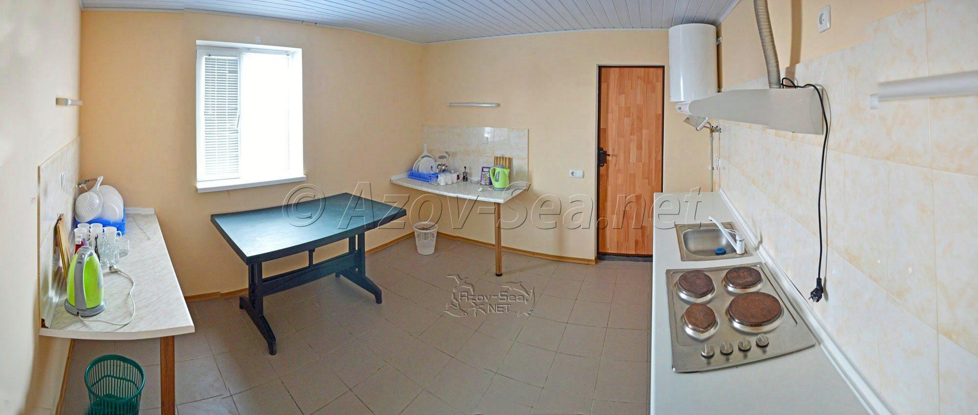 Одна большая общая кухня на 2 люкс номера расположена рядом с номером